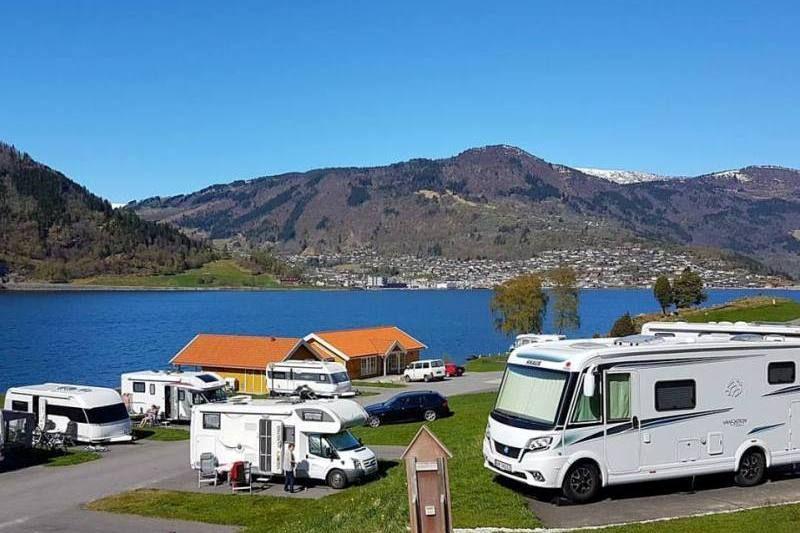 Kjornes Camping Sogndal verharde kampeerplaatsen
