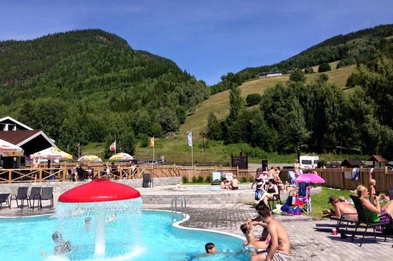 PlusCamp Mageli Camping zwembad en uitzicht