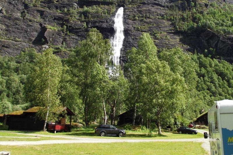 Vassbakken Camping Skjolden kampeerplaatsen met zicht op waterval